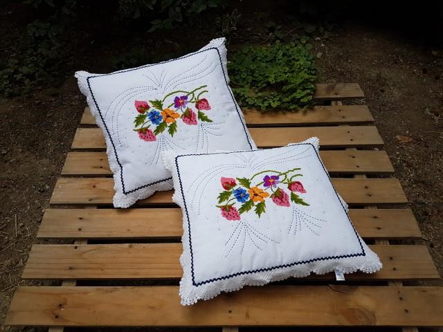 45 X 50 Cm Çilek Bahçesi Kenarı Dantel Ve Su Taşlı Etamin Yastık Beg_3105