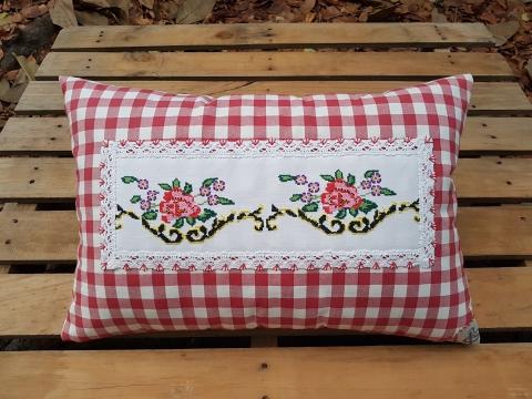 Beg_2117_kırmızı Kareli İki Kırmızı Çiçek Desenli Yastık